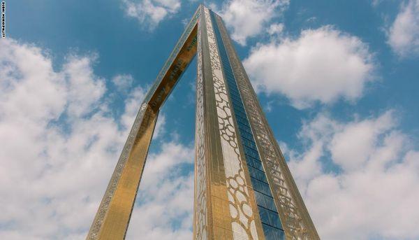 برج برواز دبي المغطى بلون الذهب dubai frame